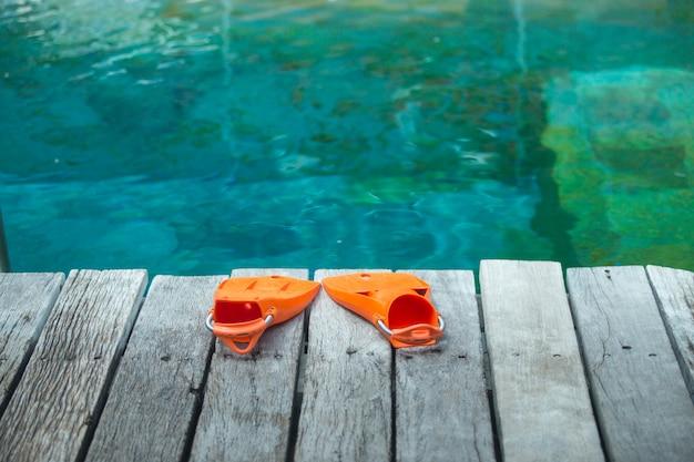 Palmes orange pour la plongée