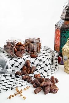 Palmier dattier et lanterne arabe sur blanc