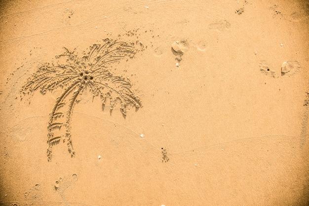 Palmier dessiné dans le sable