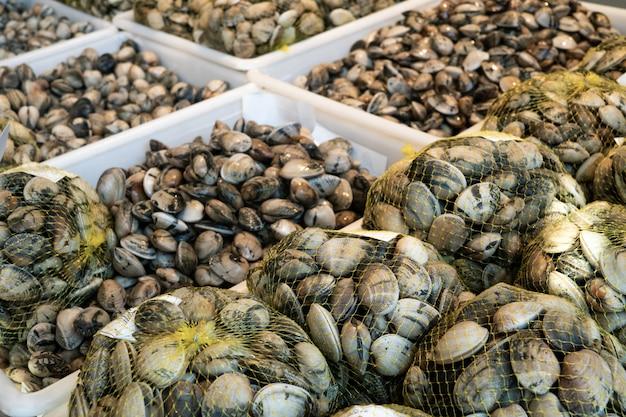 Palourdes fraîches sur des caisses à vendre