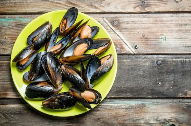 Palourdes de fruits de mer sur une assiette. sur une table en bois