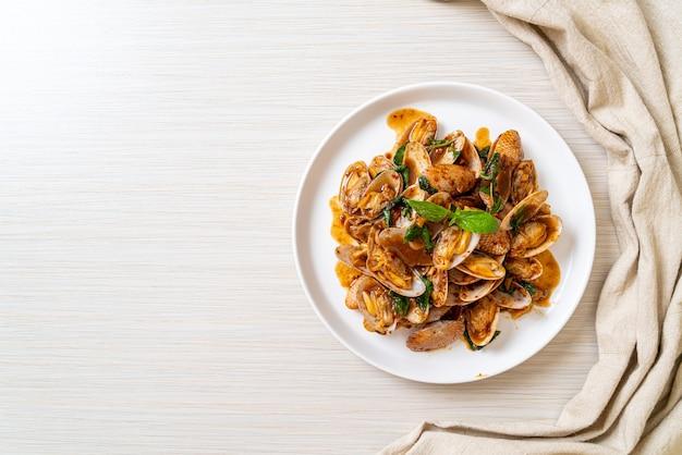 Palourdes sautées avec pâte de piment rôti - style cuisine asiatique