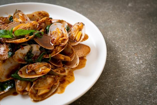 Palourdes sautées avec pâte de piment rôti. style de cuisine asiatique
