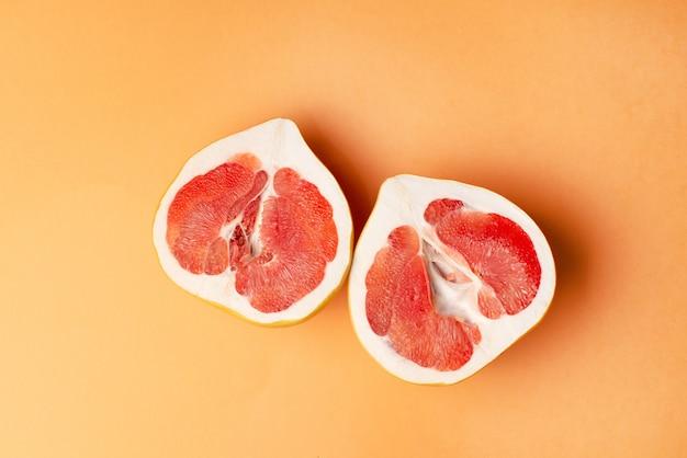 Pamplemousse frais sur orange