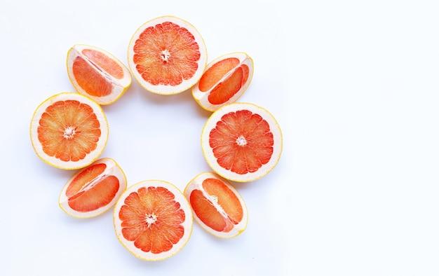 Pamplemousse juteux riche en vitamine c sur blanc isolé.