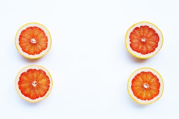 Pamplemousse juteux riche en vitamine c sur fond blanc.