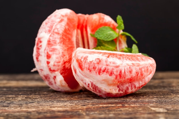 Pamplemousse rouge aigre-doux juteux et délicieux tranché