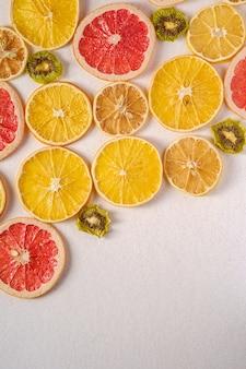 Pamplemousse séché, kiwi, tranches d'orange et de citron