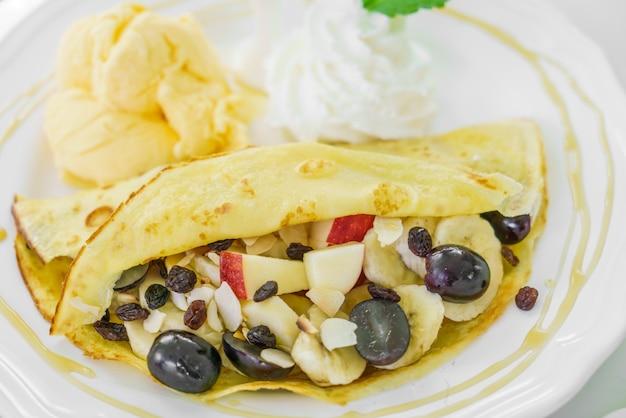 Pancake et de fruits à la crème glacée sur la table