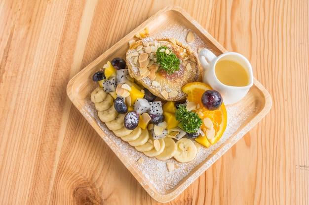 Pancake et de fruits à la crème glacée sur la table.