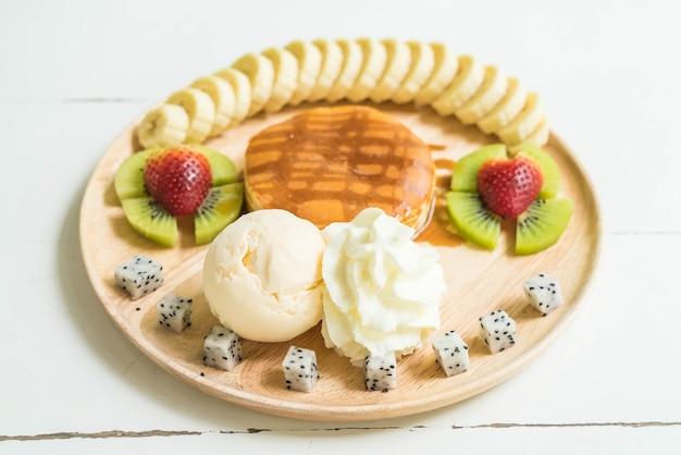 Pancake avec glace vanille et fruits