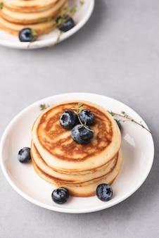 Pancake avec de la nourriture aux baies bleues