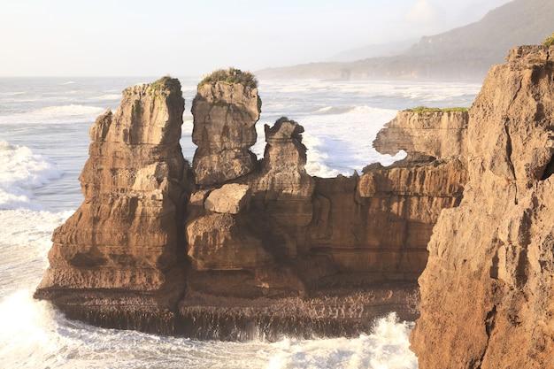 Pancake rock, grand canyon de nouvelle-zélande, situé sur la côte ouest le soir