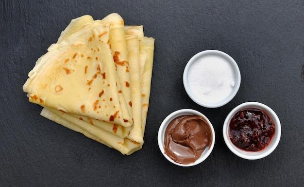 Pancakes français avec accompagnements