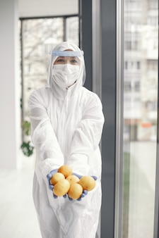 Pandémie de coronavirus covid-2019. combinaison de protection, lunettes, gants, masque.