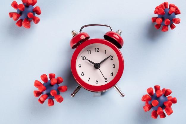 Pandémie de coronavirus. il est temps de rester à la maison réveil rouge et modèles de virus covid-19. arrêtez le coronavirus. épidémie, isolement social, concept de coronavirus covid-19.