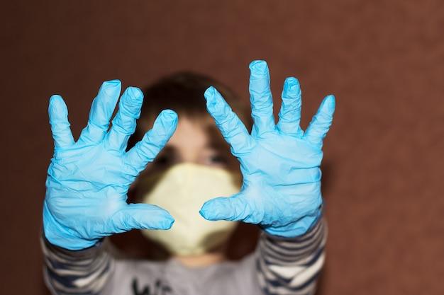 Pandémie. les garçons les mains dans les gants comme un symbole de protection contre le virus. la pandémie s'est propagée dans le monde.