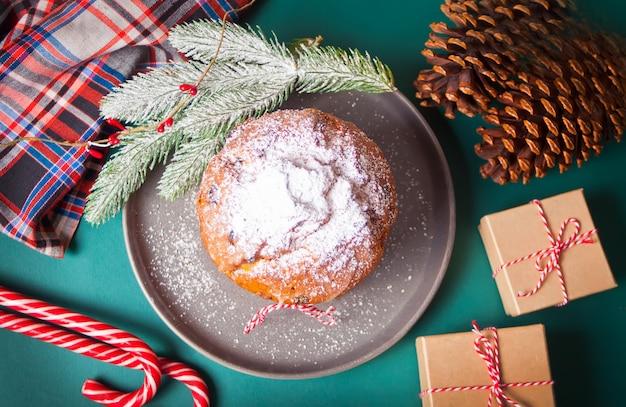 Panettone de gâteau de noël traditionnel aux fruits et noix avec décoration de noël