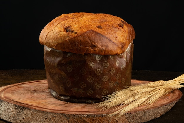 Panettone traditionnel de nourriture de noël avec le fond noir.