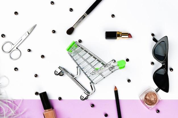 Panier et accessoires pour femmes. accessoires pour femmes, sur un espace pastel rose. concept de beauté et de mode. vue de dessus, minimalisme plat.