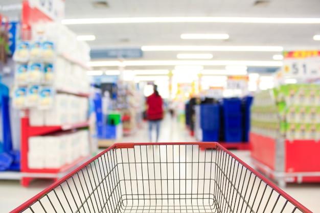 Panier d'achat en arrière-plan flou supermarché