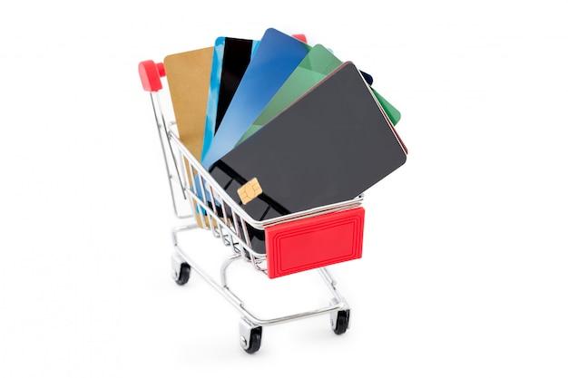 Panier d'achat avec des cartes de crédit sur fond blanc.