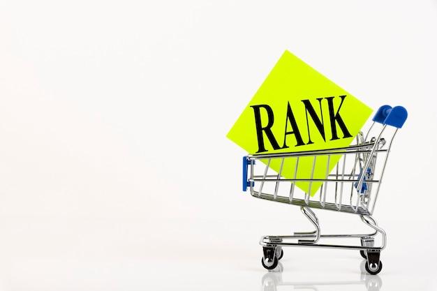 Panier d'achat et classement du texte sur la liste de notes sur papier jaune. liste de courses, concept d'entreprise sur fond blanc. espace de copie