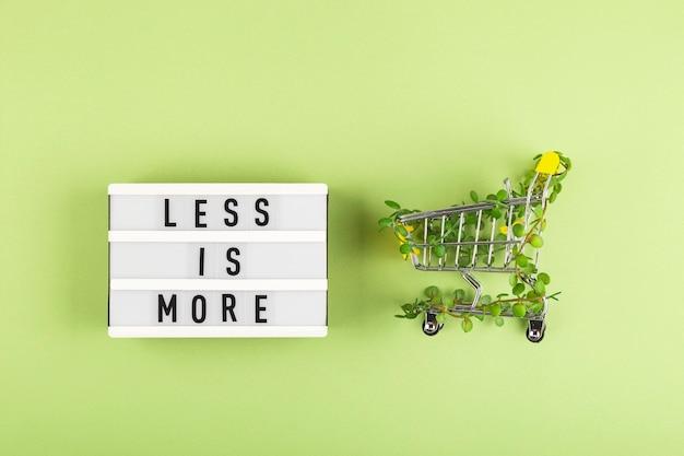Panier d'achat entrelacé de plantes sur fond vert parmi des cintres style de vie écologique durable