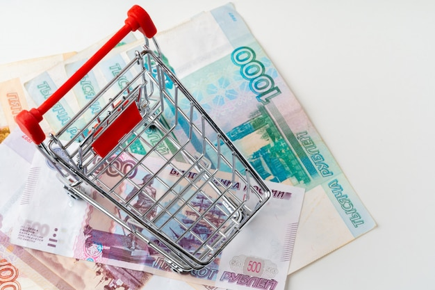 Panier d'achat de jouets avec de l'argent roubles russes. salaire vital et concept de pouvoir d'achat