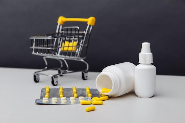 Panier d'achat avec des médicaments sur ordonnance composés expédiés d'une pharmacie de vente par correspondance