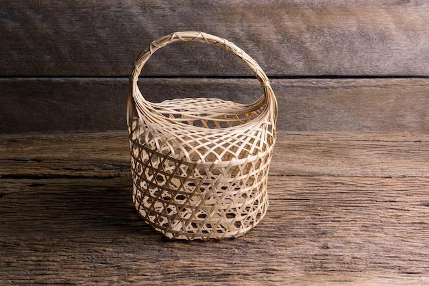 Panier en bambou rond en osier sur fond en bois