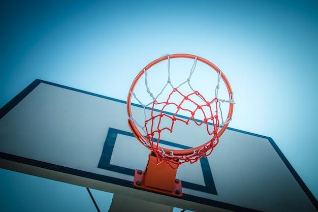 Panier de basket-ball au ciel bleu