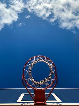 Panier de basket dans la rue avec un ciel bleu