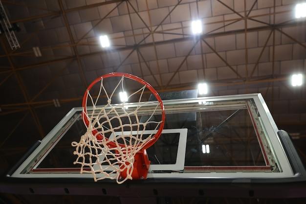 Panier de basket dans la salle de gym. mise au point sélective au centre de la photo