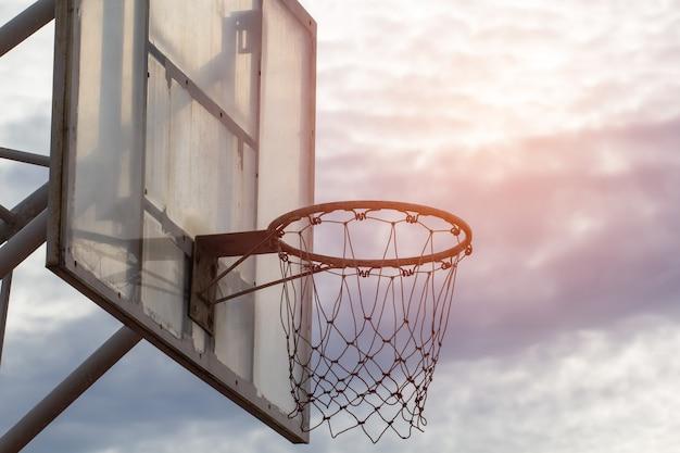 Panier de basket sur fond de ciel avec flare