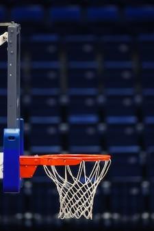 Panier de basket sur les sièges vides de l'arène sportive