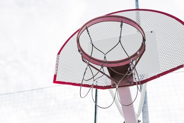 Un panier de basket vide