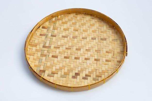 Panier de battage en bambou en bois sur fond blanc.