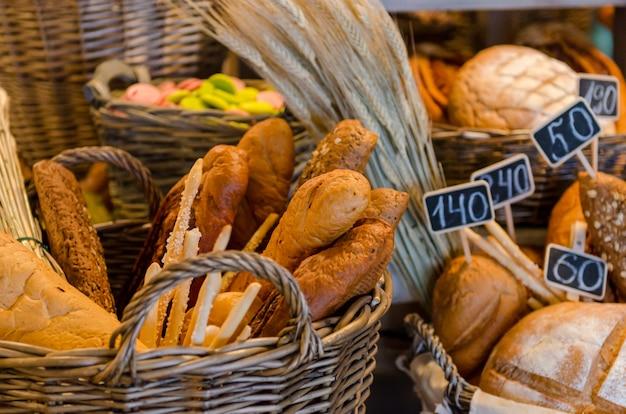 Panier avec beaucoup de pains variés