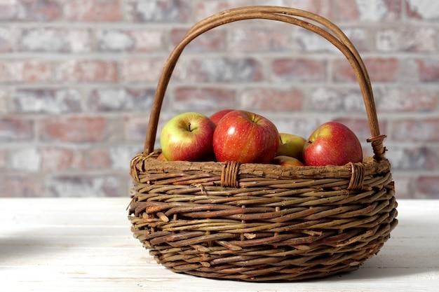 Panier avec de belles pommes