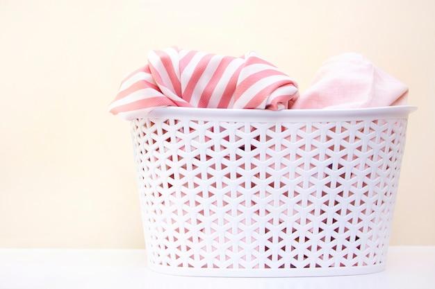 Panier blanc avec du linge sale. concept de blanchisserie et de nettoyage à domicile