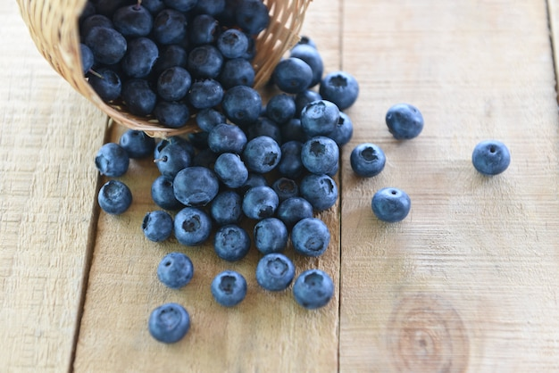 Panier de bleuets sur une table en bois - fruit savoureux de myrtille