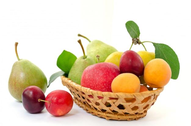 Panier en bois avec des fruits mûrs.