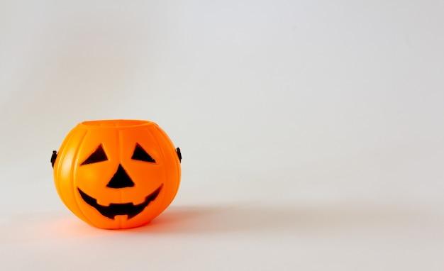 Panier de bonbons en forme de citrouille lanterne d'halloween sur fond blanc copy space