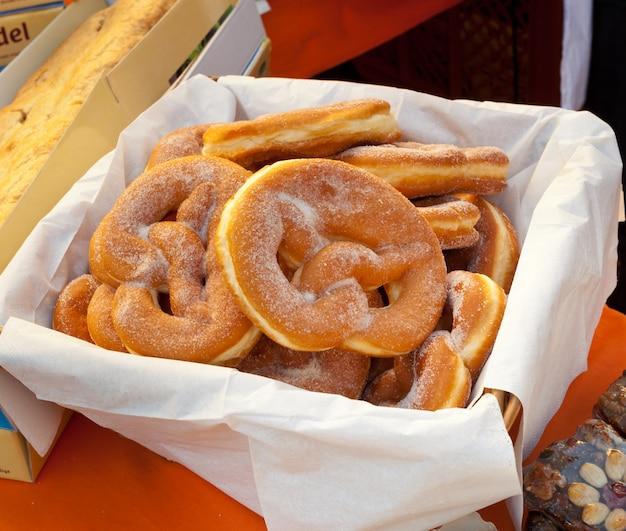 Panier de bretzel frit avec du sucre.