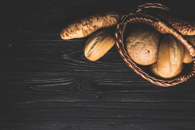 Panier avec brioches dorées sur la table