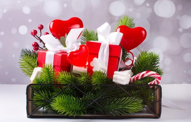 Panier cadeau du nouvel an. bonbons de sapin de noël vert et coffrets cadeaux panier cadeau de l'année. bonbons de sapin de noël vert et coffrets cadeaux