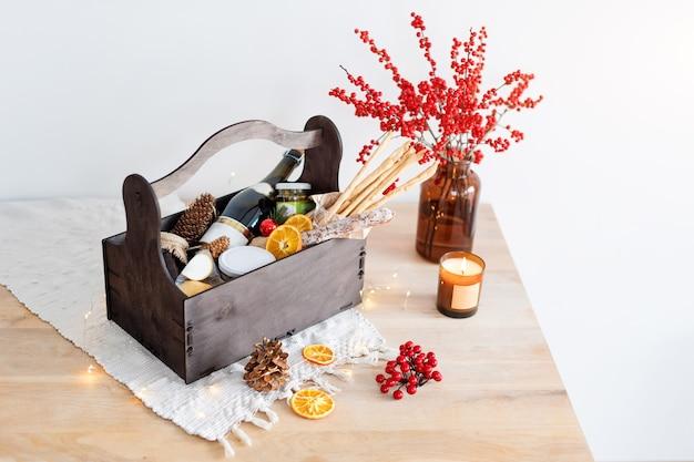 Panier-cadeau de noël avec de la nourriture et des décorations