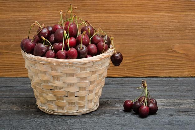 Panier de cerises sur une table en bois. espace de copie
