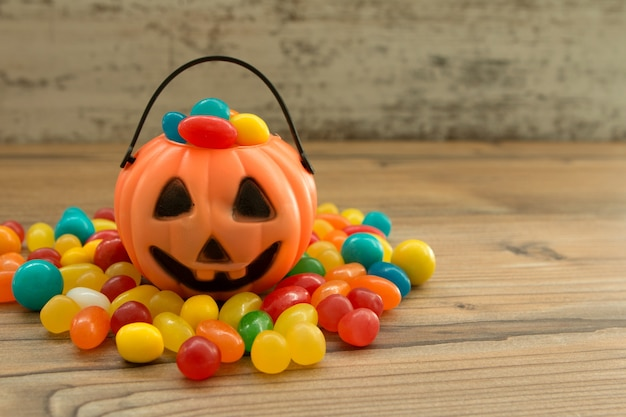 Panier de citrouille d'halloween plein de bonbons